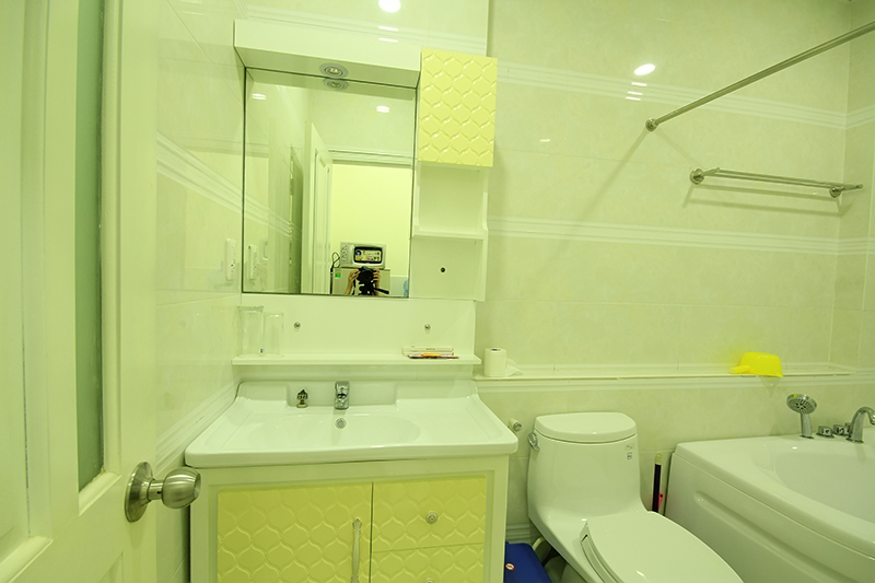 1509 0903 clean bathroom with bathtub is located in