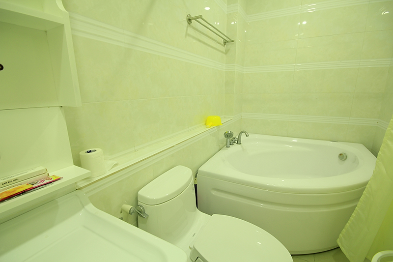 1513-0903 bathroom with bathtub is white interior is clean and luxurious