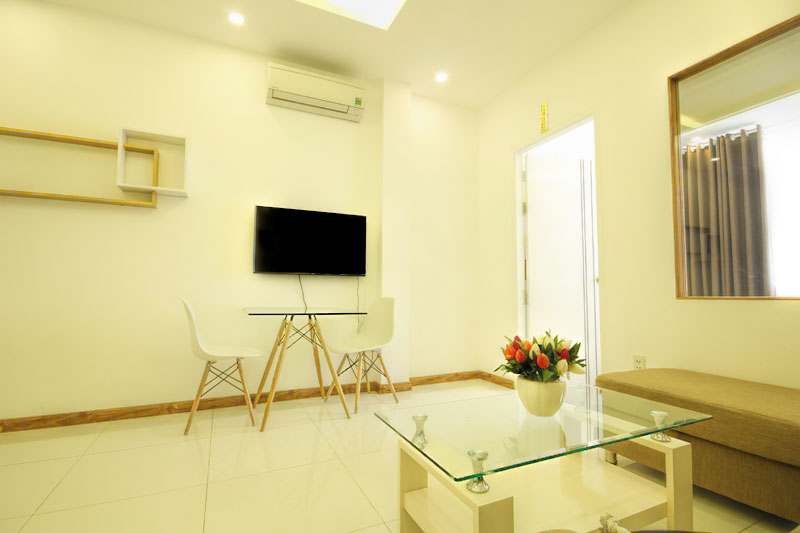 1037-1804 Serviced apartments in District 1 design glass bulkhead with living room