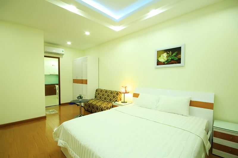 1751-0604 The large bed is arranged inside the serviced apartment