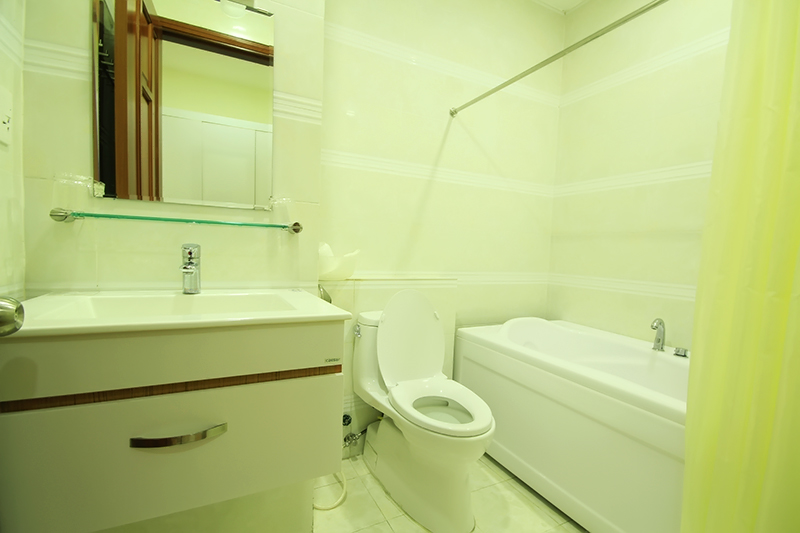 1752-0604 The one-bedroom serviced apartment features a luxurious and clean bath tub